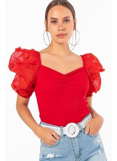 Emjey Çiçek Aksesuarlı Yarım Organze Kol Kare Yaka Bluz Kırmızı